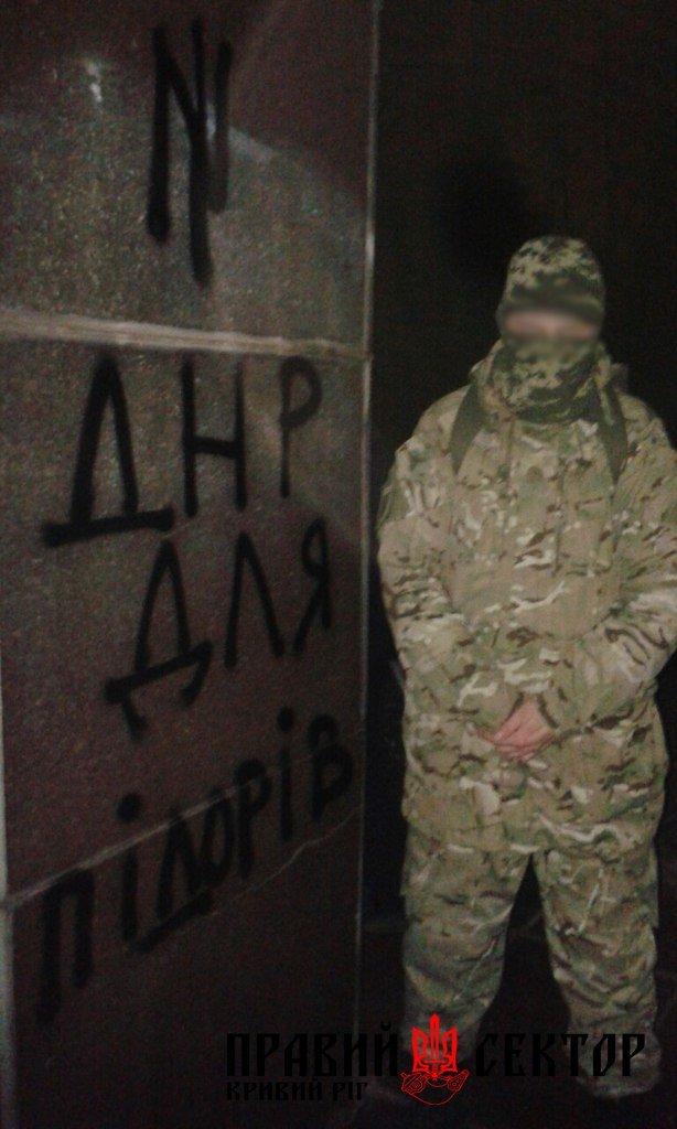 Активисты Кривого Рога сбросили памятники Дзержинскому, Карлу Либкнехту и Артему (ФОТО) (фото) - фото 3