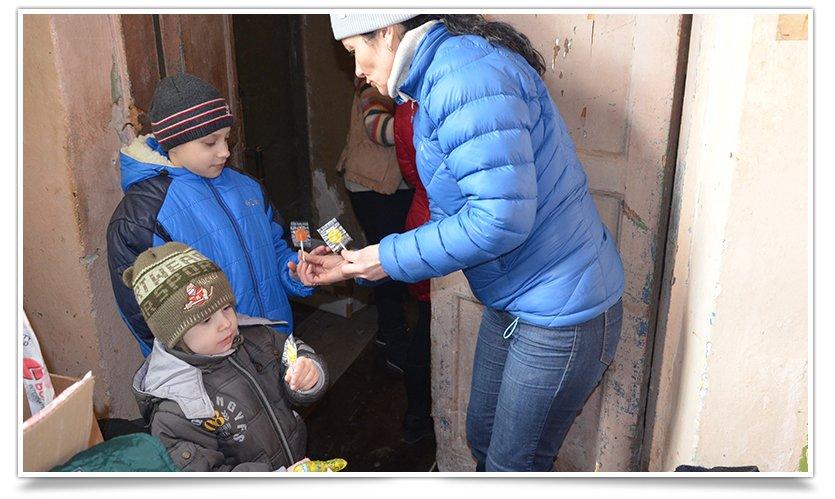 Волонтёры Славянска начали раздавать итальянскую гуманитарку (фото) - фото 7