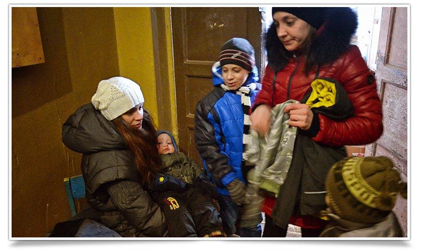 Волонтёры Славянска начали раздавать итальянскую гуманитарку (фото) - фото 5