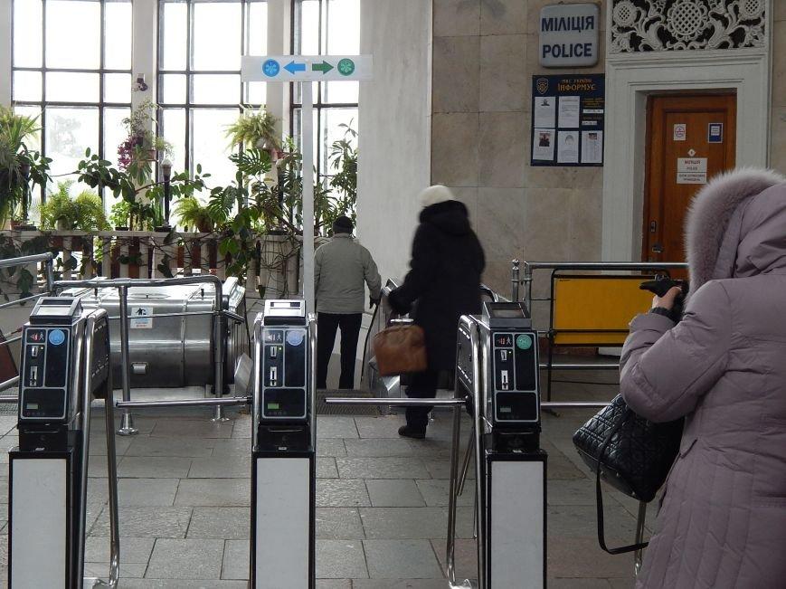 Киевляне не могут привыкнуть к новым правилам в метро. Особенно дальтоники (ФОТО) (фото) - фото 1