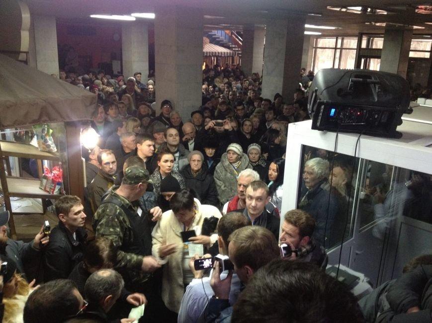 Массовке Кисловского на слушаниях раздавали инструкцию (ФОТОФАКТ) (фото) - фото 1