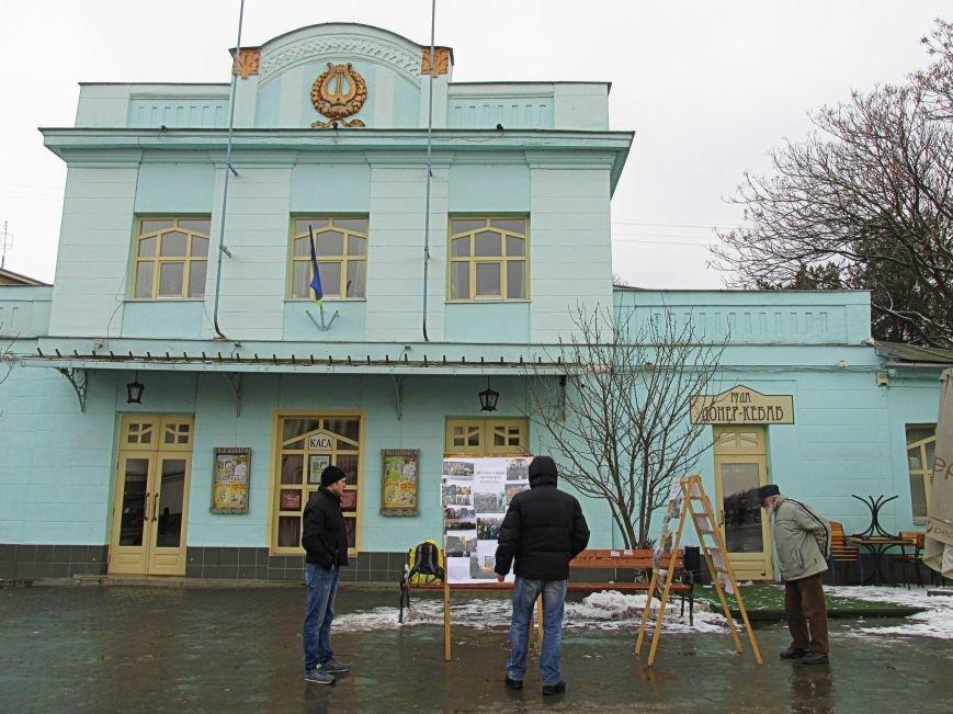 В Ужгороді на пл. Театральній відбулася фотовиставка «Волонтери в зоні АТО» (ФОТОРЕПОРТАЖ) (фото) - фото 1