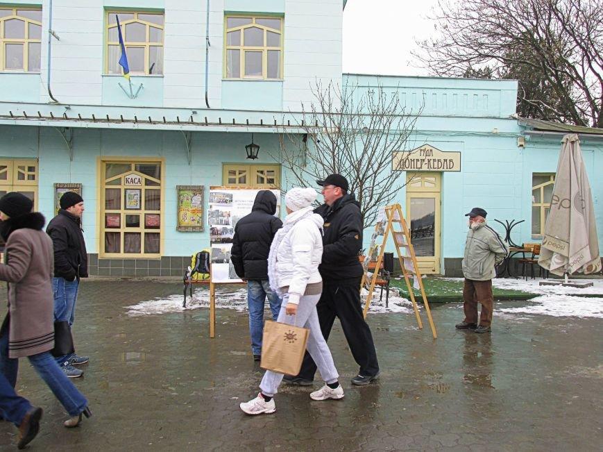 В Ужгороді на пл. Театральній відбулася фотовиставка «Волонтери в зоні АТО» (ФОТОРЕПОРТАЖ) (фото) - фото 23
