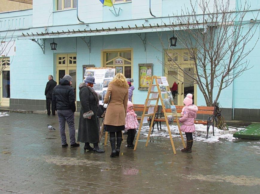 В Ужгороді на пл. Театральній відбулася фотовиставка «Волонтери в зоні АТО» (ФОТОРЕПОРТАЖ) (фото) - фото 3