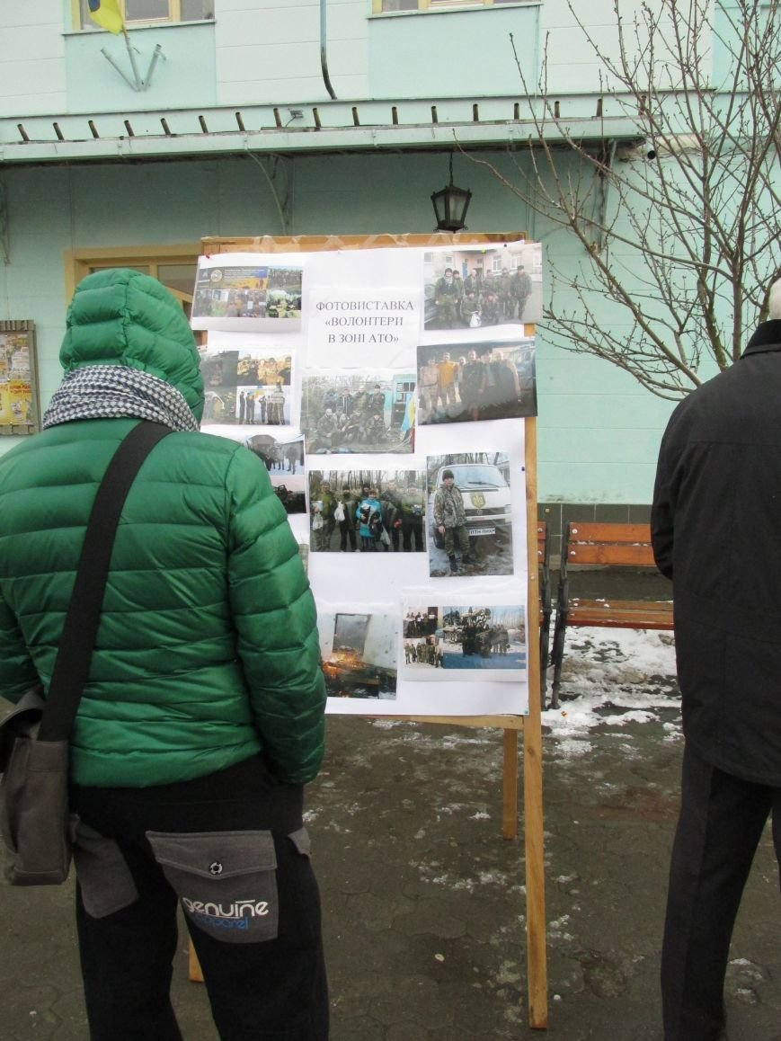 В Ужгороді на пл. Театральній відбулася фотовиставка «Волонтери в зоні АТО» (ФОТОРЕПОРТАЖ) (фото) - фото 5