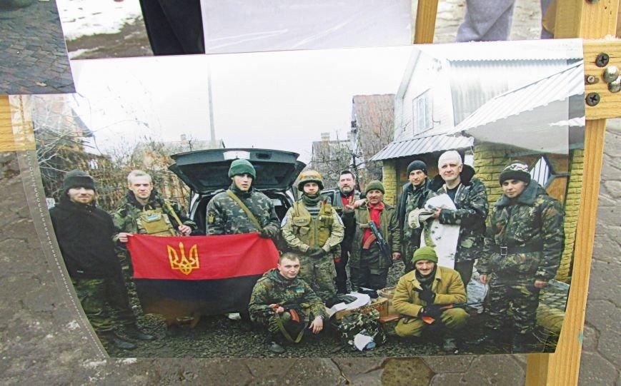 В Ужгороді на пл. Театральній відбулася фотовиставка «Волонтери в зоні АТО» (ФОТОРЕПОРТАЖ) (фото) - фото 13