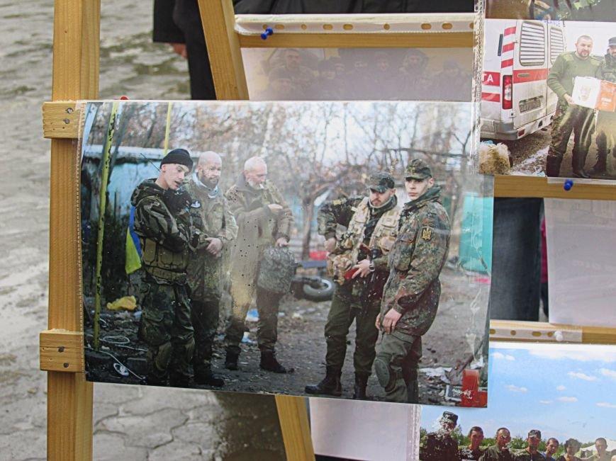 В Ужгороді на пл. Театральній відбулася фотовиставка «Волонтери в зоні АТО» (ФОТОРЕПОРТАЖ) (фото) - фото 9