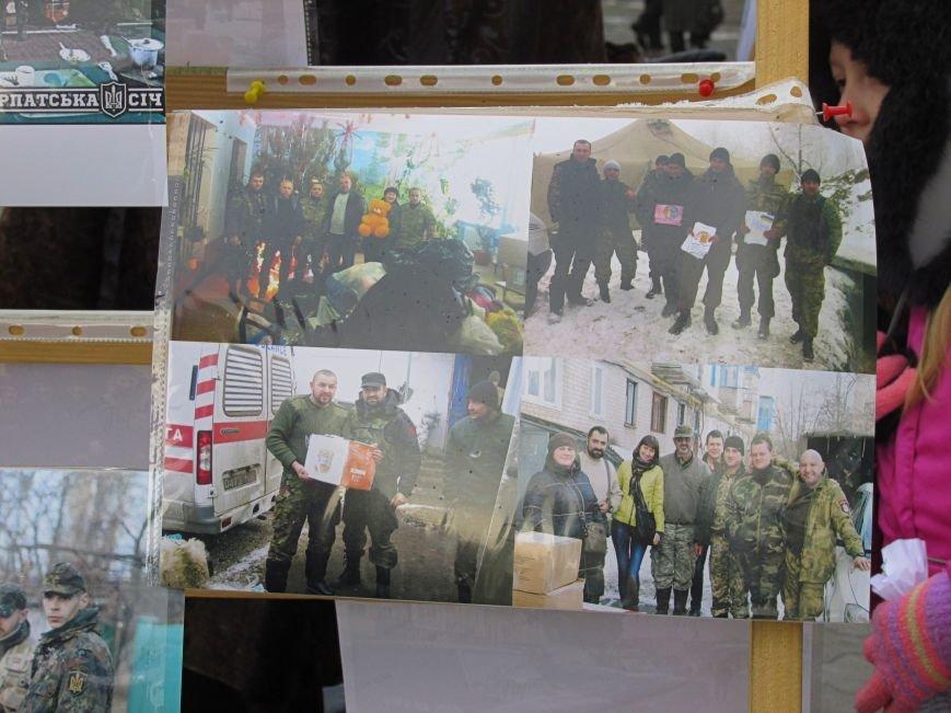 В Ужгороді на пл. Театральній відбулася фотовиставка «Волонтери в зоні АТО» (ФОТОРЕПОРТАЖ) (фото) - фото 10