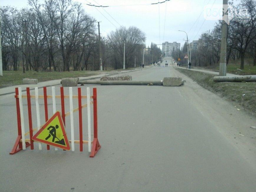 В Кривом Роге: обрушились конструкции моста, неизвестные сбросили 3 памятника, бойцов обучили тактической медицине (фото) - фото 2