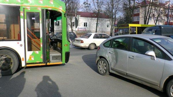 На пр. Космонавтов автомобиль столкнулся с троллейбусом: двое пассажиров в больнице (Фото), фото-1