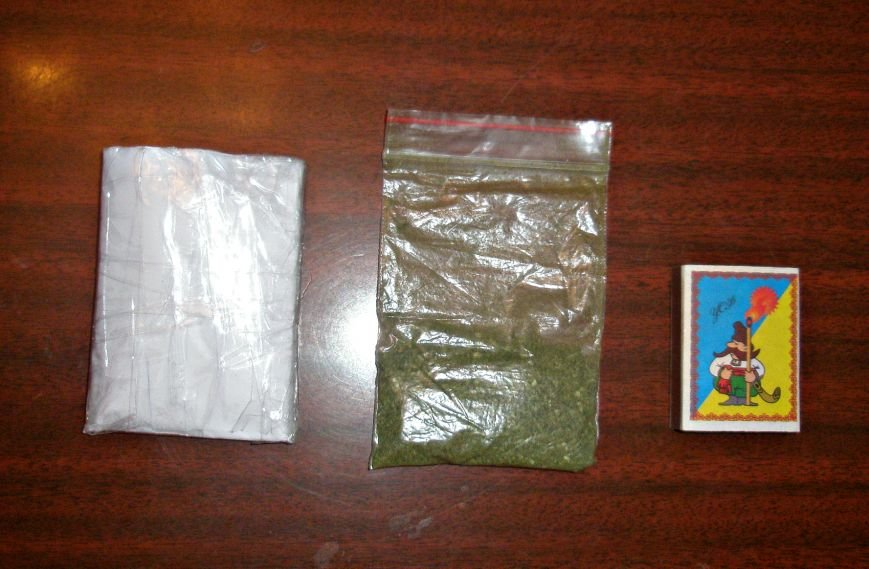 Летающая «травка»: в Мариуполе осужденный попался с пакетом конопли (фото) - фото 1