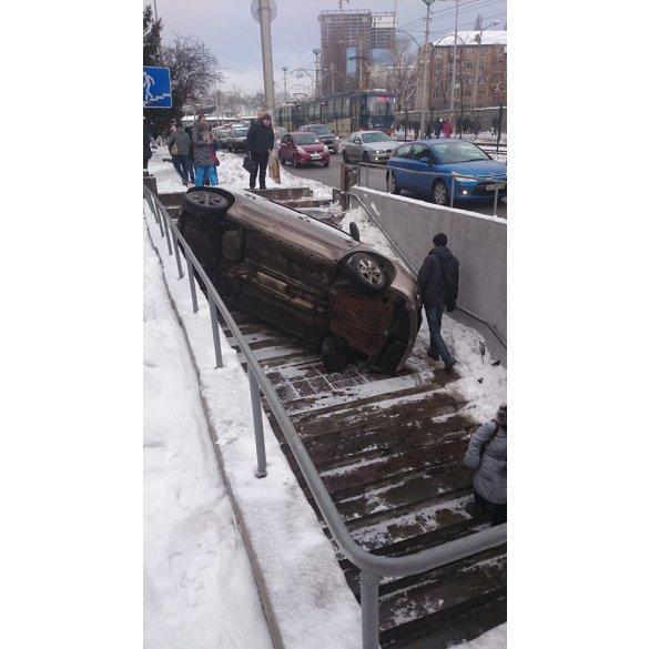 В Киеве автомобиль въехал в подземный переход (ФОТО) (фото) - фото 1