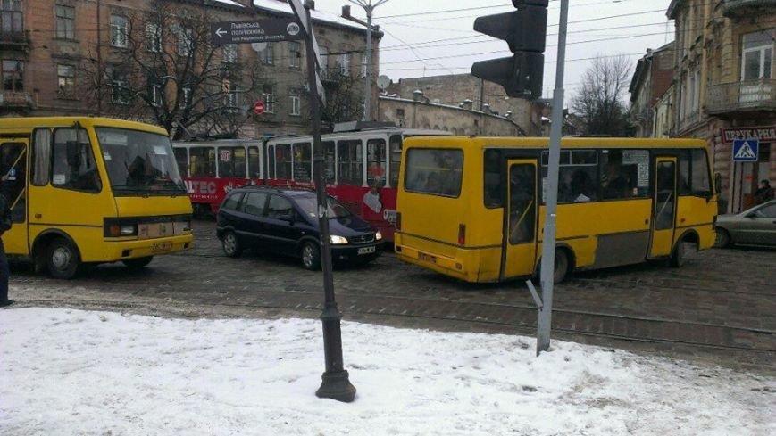 У Львові на перехресті трамвай зійшов з колій (ФОТО), фото-2