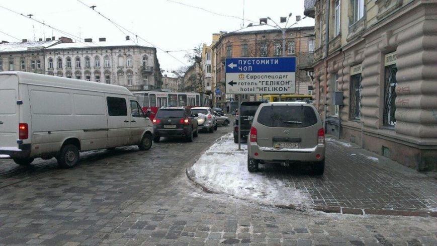 У Львові на перехресті трамвай зійшов з колій (ФОТО), фото-1