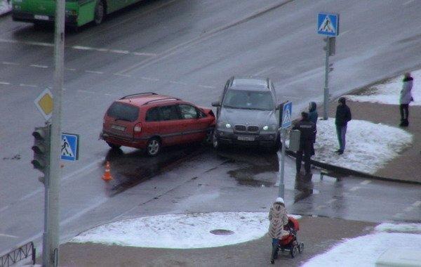 На ул. Южная БМВ Х5 не пропустил легковушку: водителя Опеля отправили в больницу (Фото), фото-1