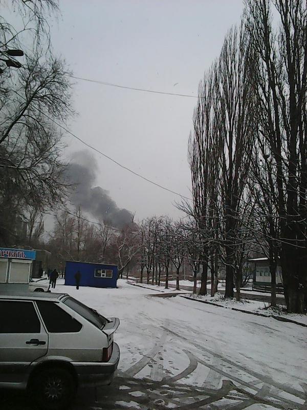 В Донецке снаряд попал в мост, соединяющий Текстильщик и Петровский район (ФОТО) (фото) - фото 1