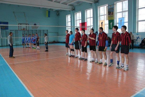 В Чемпионате Краматорска по волейболу лидирует команда из Красноармейска (фото) - фото 1