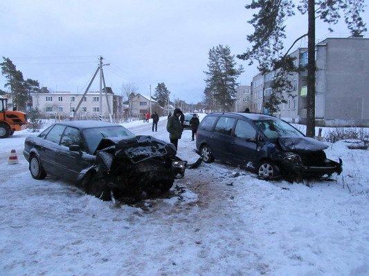 В Островецком районе при столкновении с «Фольксвагеном»  непристегнутый водитель и пассажир лбами разбили стекло (Фото), фото-1