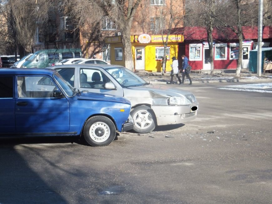 В Кировограде «поцеловались» две легковушки. ФОТО (фото) - фото 1