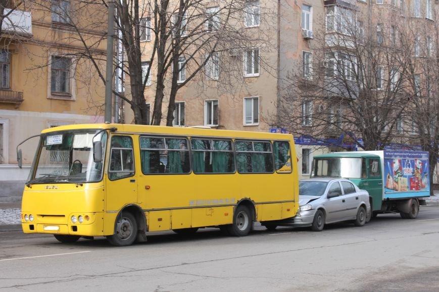 Тройное ДТП в Кривом Роге: «Опель» зажало между маршруткой и грузовиком  (ФОТО), фото-1