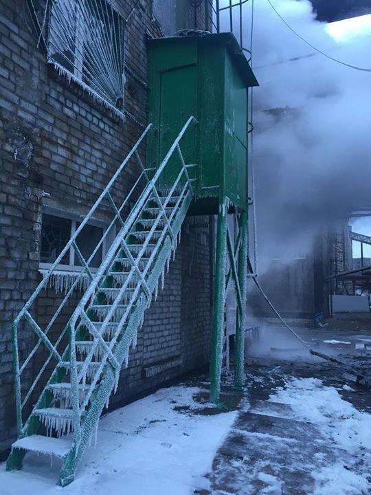 Пожар на АКХЗ после вчерашнего обстрела удалось ликвидировать за 10 часов (фото, видео), фото-4