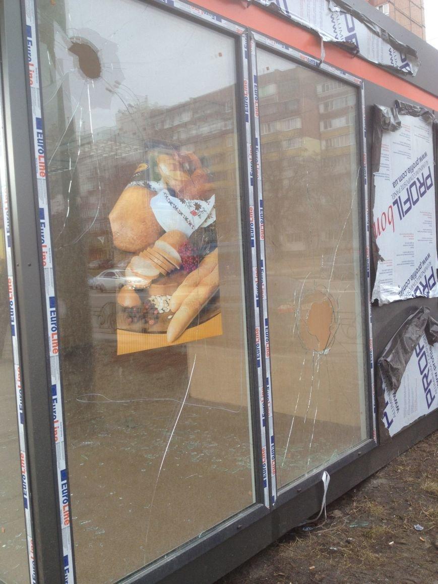 В Киеве неизвестные разгромили киоски с дешевым хлебом (ФОТО) (фото) - фото 1