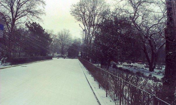 В Симферополе снегопад: на дорогах пробки, маршруток не дождаться, коммунальщики заверяют — работают в усиленном режиме (ФОТО, ВИДЕО) (фото) - фото 1