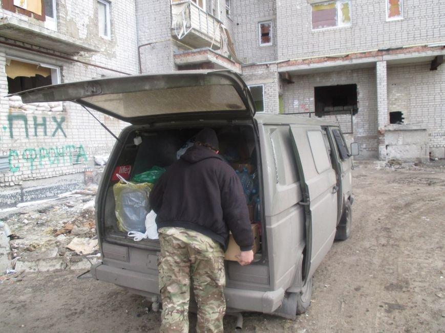 Волонтеры Кривого Рога под обстрелами доставили бойцам «гуманитарку» и  спасли маму с сыном (ФОТО) (фото) - фото 1