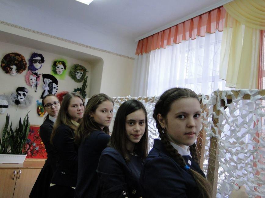 У гімназії №2 для бійців АТО плетуть маскувальні сітки (початок) (фото) - фото 1