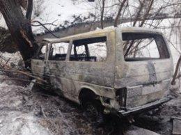 В Киеве микроавтобус влетел в дерево и загорелся (ФОТО) (фото) - фото 1