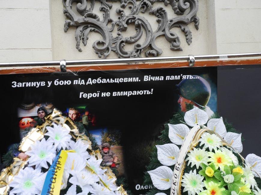 Сотні тернополян провели в останню путь бійця АТО Олександра Орляка (фото) - фото 3