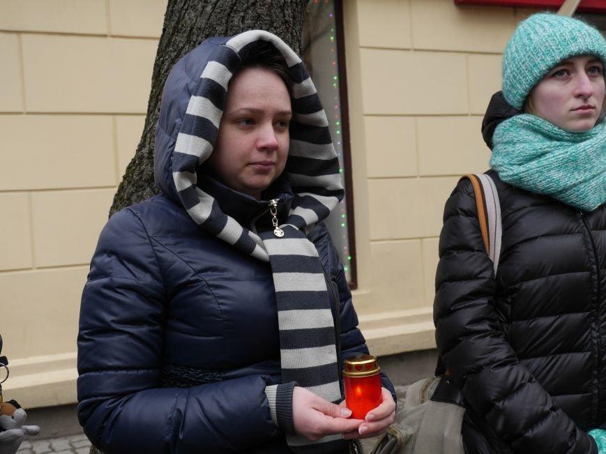 Сотні тернополян провели в останню путь бійця АТО Олександра Орляка (фото) - фото 4