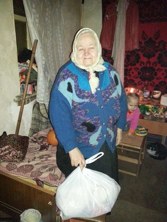 Вчера в старой части Авдеевки волонтеры раздали продукты питания и воду (фотофакт), фото-6