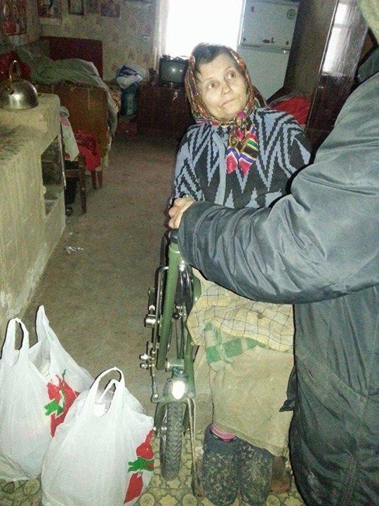 Вчера в старой части Авдеевки волонтеры раздали продукты питания и воду (фотофакт), фото-7