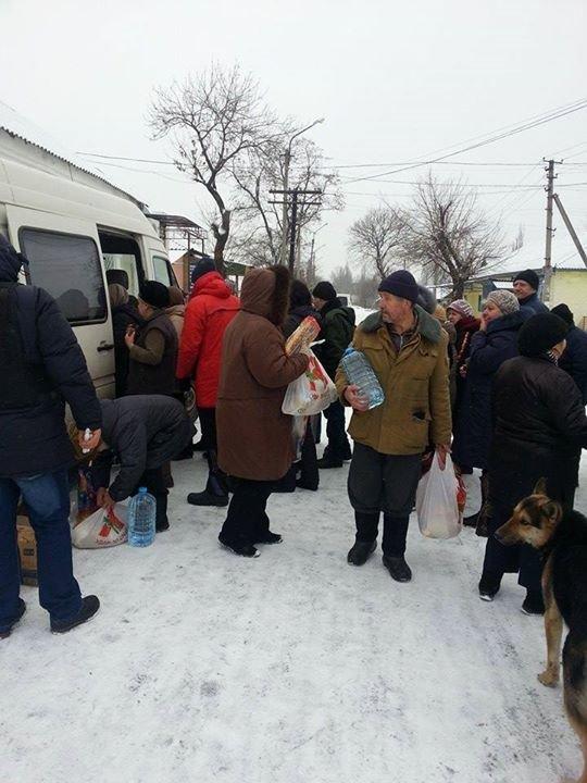 Вчера в старой части Авдеевки волонтеры раздали продукты питания и воду (фотофакт), фото-3