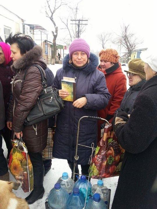 Вчера в старой части Авдеевки волонтеры раздали продукты питания и воду (фотофакт), фото-4