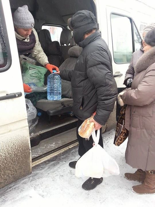 Вчера в старой части Авдеевки волонтеры раздали продукты питания и воду (фотофакт), фото-1
