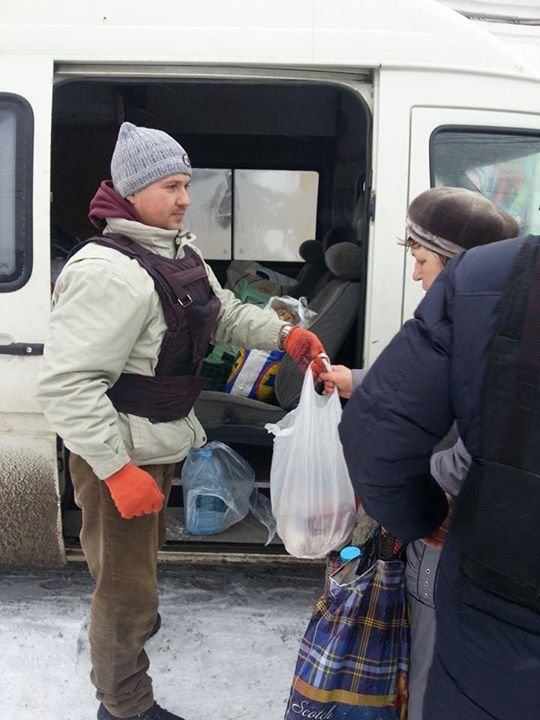 Вчера в старой части Авдеевки волонтеры раздали продукты питания и воду (фотофакт), фото-9