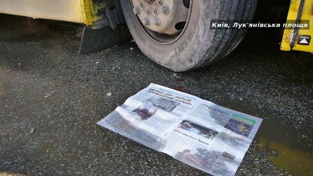 На Лукьяновской площади под колеса автобуса попала пожилая женщина (ФОТО, ВИДЕО) (фото) - фото 1