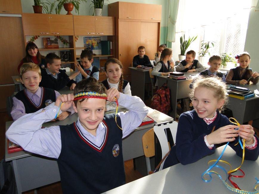 У гімназії №2 плетуть маскувальні сітки та роблять обереги (продовження) (фото) - фото 1