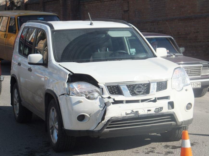 На перекрестке в Кировограде не разминулись две машины. (ФОТО) (фото) - фото 1