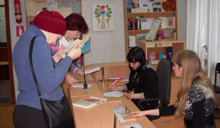 В Артемовске  придумали, как удивить романтиков в День влюбленных прямо из окон Центральной библиотеки, фото-1