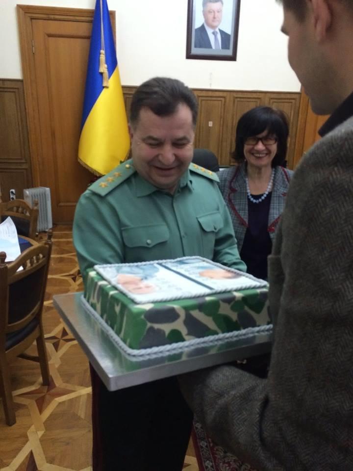 Министру обороны Украины на юбилей подарили торт с Путиным-уголовником (ФОТО), фото-4