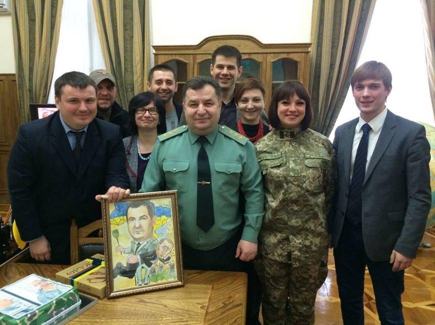 Министру обороны Украины на юбилей подарили торт с Путиным-уголовником (ФОТО), фото-2