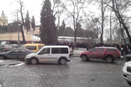 У Львові старенька жінка простояла в черзі 22 години, аби попросити мир у ікони з Ватикану (ФОТО) (фото) - фото 1