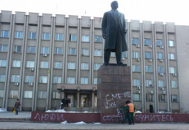 В Измаил ночью облили красками Ленина (ФОТО) (фото) - фото 1