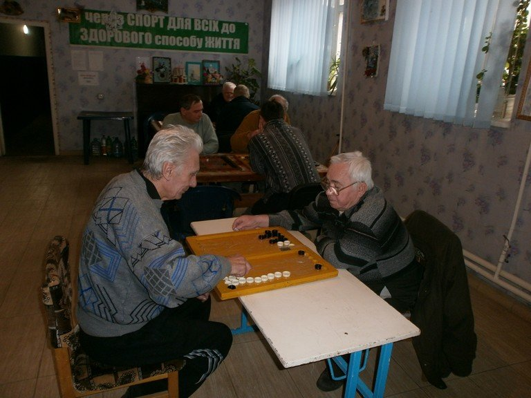 Пенсионеры_нарды_теннис_1