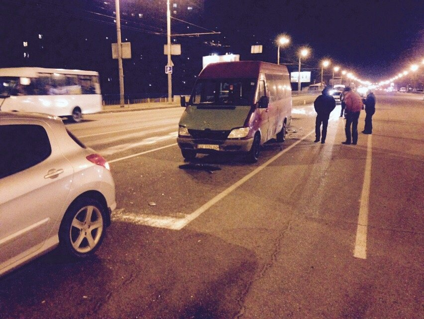 В Днепропетровске маршрутка, полная людей, попала в аварию (ВИДЕО), фото-1