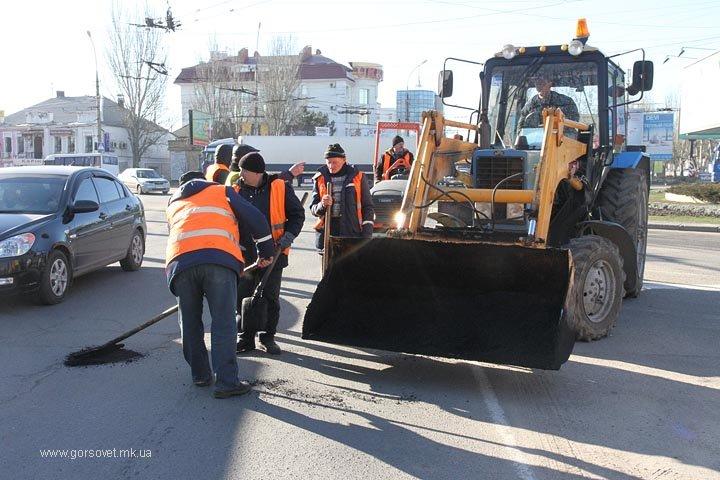 В Николаеве городские службы взялись за ремонт дорог после тяжелой зимы (ФОТО) (фото) - фото 2