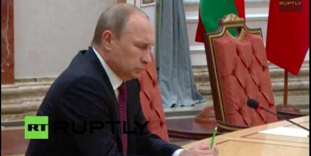 У Мінську Путін зламав ручку як Янукович (ФОТО, ВІДЕО), фото-1
